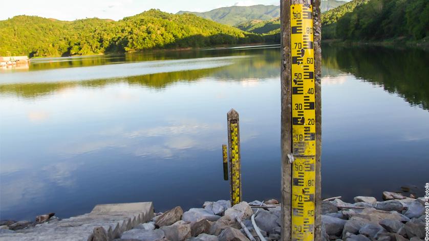 Hydrostatic level measurement in a lake
