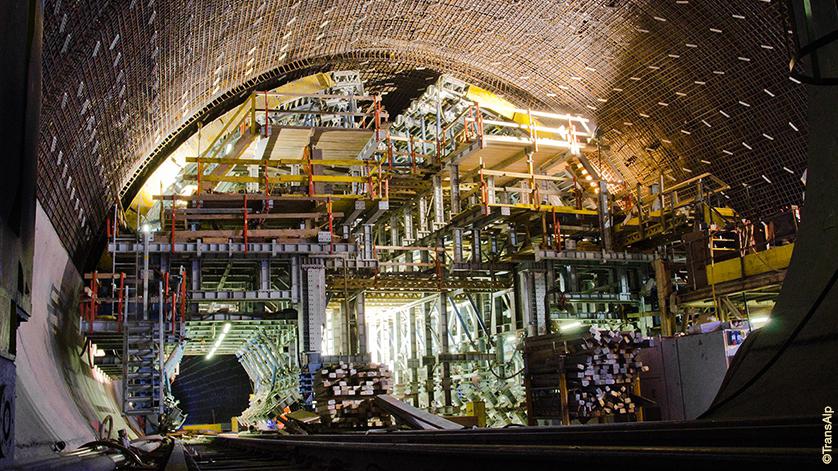 Tunnelbohrung (Foto AlpTransit)